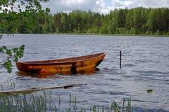 De boot van de visser op een meer Royalty-vrije Stock Afbeelding