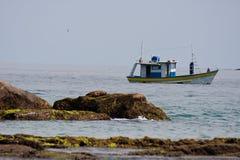 De Boot van de visser in Trindade Sao Paulo Royalty-vrije Stock Foto's