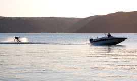 De boot van de waterskisnelheid van de zonsondergang Royalty-vrije Stock Foto's