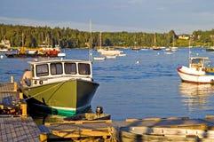 De boot van de zeekreeft bij dok stock fotografie