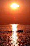 De boot van de zeekreeft in de zonsondergang. Royalty-vrije Stock Foto's