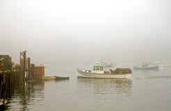 De boot van de zeekreeft in mist Stock Foto