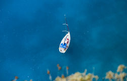 De boot van de zeeman op blauwe wateren Stock Foto's