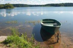 De boot van Fishig op mooi meer Stock Foto