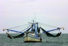 De boot van garnalen met netten stock afbeeldingen