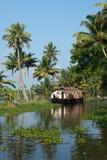 De boot van het huis op de binnenwateren van Kerala Stock Afbeeldingen