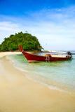 De boot van het Krabistrand op het mooie strand Stock Foto