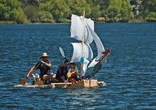 de boot van het melkkarton met zeilen Royalty-vrije Stock Foto's