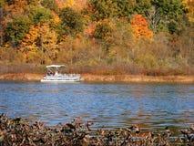 De boot van het ponton over het meer stock foto's