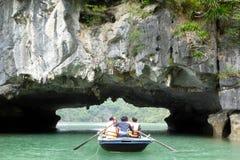 De boot van het toeristenbamboe dichtbij de eilanden van Ha snakt baai Vietnam Stock Fotografie