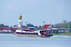De boot van het vervoer met de achtergrond van het bhuddastandbeeld bij Koh Kred Thailand Stock Afbeelding
