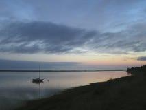 De boot van het zeil bij zonsopgang Royalty-vrije Stock Foto's