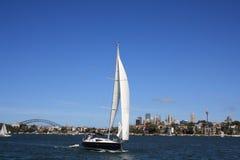 De Boot van het zeil in de Haven van Sydney stock foto's