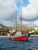 De Boot van het zeil in Haven Stock Afbeeldingen