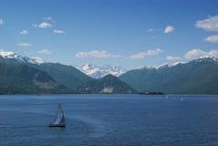 De boot van het zeil in meer Maggiore Stock Foto