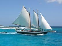 De boot van het zeil op het overzees Royalty-vrije Stock Afbeeldingen