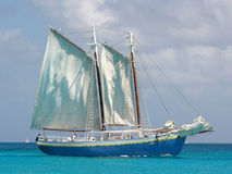 De boot van het zeil op het overzees Royalty-vrije Stock Afbeelding