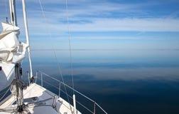 De boot van het zeil op het stille overzees Stock Fotografie