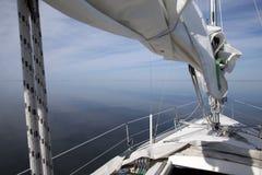 De boot van het zeil op het stille overzees Royalty-vrije Stock Afbeelding