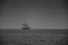 De Boot van het zeil op Oceaan Royalty-vrije Stock Fotografie