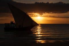 De boot van het zonsondergangzeil in de vreedzame oceaan royalty-vrije stock afbeeldingen