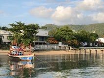 De boot van kleurrijke vissers bij het strand in Thailand stock afbeelding