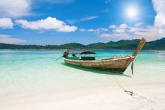 De boot van Longtail en mooi strand met wit zand royalty-vrije stock afbeeldingen