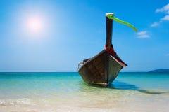 De boot van Longtail op het strand stock afbeeldingen