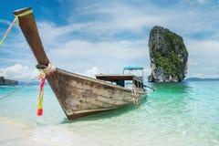 De boot van Longtail op het strand Stock Afbeelding