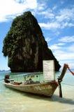 De boot van Longtail op tropisch strand Stock Fotografie