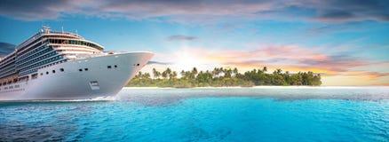 De boot van de luxecruise met tropisch eiland op achtergrond royalty-vrije stock afbeeldingen