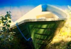 De boot van Noorwegen dichtbij de strandachtergrond Stock Afbeelding
