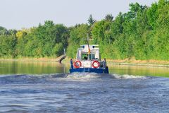 De boot van de politiepatrouille op de rivier Stock Afbeeldingen