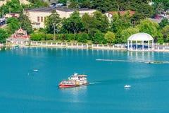 De boot van de reismotor met toeristen aan boord van zeilen op Abrau-Meer op zonnige de zomerdag stock foto's