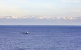 De boot van de sportmotor in de open zee in de ochtendtijd Op zee plezierboot Overzeese reisconcept Overzeese reis Stock Afbeelding