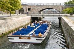 De boot van toeristen in Kopenhagen Stock Foto's