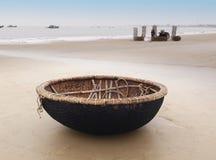 De boot van Vietnam op het strand in Danang, Vietnam. stock afbeeldingen