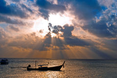 De boot van vissen bij zonsopgang Stock Foto