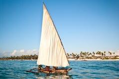 De boot van vissers het varen stock foto