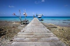 De boot van vissers op blauwe lagune Stock Foto's