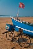 De boot van vissersmensen Stock Afbeeldingen