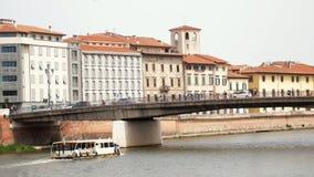 De boot zwemt onder de brug Auto's en mensenrit op de brug stock video