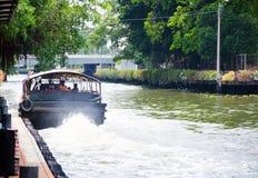 De de bootdienst van Khlong Saen Saep, het beeld toont een achtergedeelte van openbare boot wanneer het aanvang van de motor en h stock fotografie