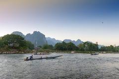 De bootdienst voor toeristen in Nam Song River, Vang Vieng, Laos PDR Royalty-vrije Stock Afbeeldingen