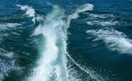 De bootkielzog van het water op het meer van Michigan stock foto