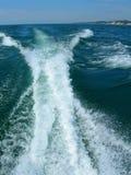 De bootkielzog van het water op het meer van Michigan stock fotografie