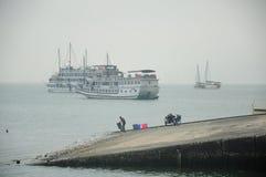 De bootlancering in Ha snakt Baai Vietnam Royalty-vrije Stock Foto's
