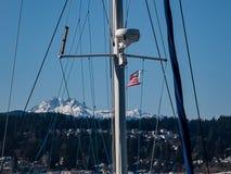 De bootmast met Amerikaanse vlag en zet Regenachtiger op stock fotografie