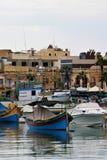 De bootparkeren van Marsaxalok van Malta augustus 2015 royalty-vrije stock afbeelding