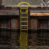 De bootpijler van Berlijn en gele ladder op de Fuifrivier royalty-vrije stock afbeeldingen